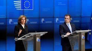 La commissaire européenne chargée de la Santé, Stella Kyriakides, et le ministre croate de la Santé, dont le pays assure la présidence de l'UE, lors d'une conférence de presse à Bruxelles sur le coronavirus, le 13 février 2020.