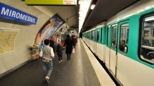 """De acordo com a contabilidade da prefeitura de Paris, há: """"+ 68% dos furtos de carteira desde o início do ano no metrô de Paris""""."""