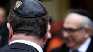 «Носить кипу или нет?» – таким вопросом задаются французские газеты после нападения на преподавателя еврейской школы «по мотивам религиозной ненависти».