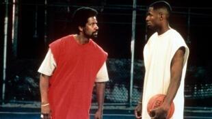 L'acteur américain Denzel Washington (à gauche) et le basketteur Ray Allen, acteurs principaux du film «He Got Game».