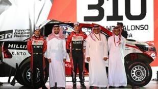 Les Espagnols Fernando Alonso et Marc Coma, lors de la présentation du Dakar 2020, à Djeddah, le 4 janvier 2020.