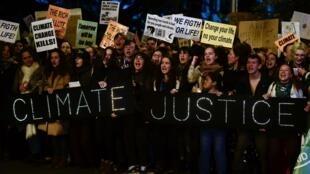 Des manifestants protestent contre le changement climatique, dans les rues de Madrid lors de la COP25, le 6 décembre 2019
