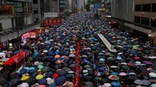Hình ảnh người Hồng Kông đội mưa tuần hành ôn hòa đòi dân chủ, ngày 18/08/2019.