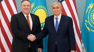 Le chef de la diplomatie des États-Unis, Mike Pompeo et le président du Kazakhstan, Kassym-Jomart Tokaïev, le 2 février 2020.