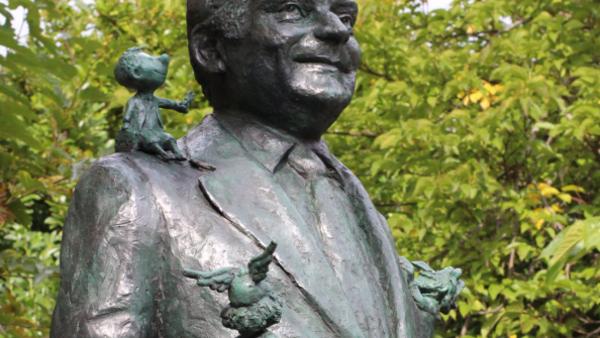Detalle de la estatua de René Goscinny, realizada por el escultor Sébatien Langlöys.