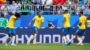 Neymar, no centro, festejando os golos com os colegas de equipa.