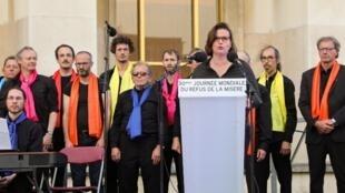La présidente de l'ONG ATD-Quart Monde Claire Hedon livre un discours lors d'une manifestation sur la place du Trocadéro, le 17 octobre 2017.