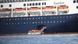 Passageiros do navio de cruzeiro Zaandam são transferidos para o navio, Rotterdam no sábado, 28 de março de 2020, no Panamá. Vários casos de coronavírus foram detectados a bordo do 1º navio.