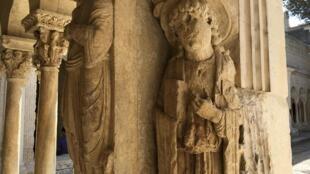 En route pour Saint-Jacques-de-Compostelle par la Voie d'Arles, le pèlerin du 12è siècle passait par le cloître de la Cathédrale Saint-Trophime. Ici, une représentation de saint Jacques (g).