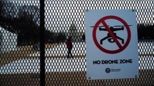"""Bảng quy định cấm """"No Drone Zone"""" tại công viên National Mall, Washington DC, 19/01/2017"""