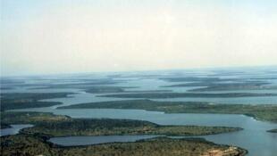La baisse de niveau du lac Tchad se manifeste par l'émersion des sommets de dunes précédemment immergés puis par l'assèchement complet de cette cuvette.