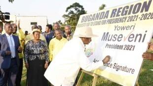 Rais Yoweri Museveni amekubali ombi kutoka kwa Wabunge wa Jimbo la Buganda kupeperusha bendera ya chama cha NRM katika uchaguzi wa urais wa mwaka wa 2021.