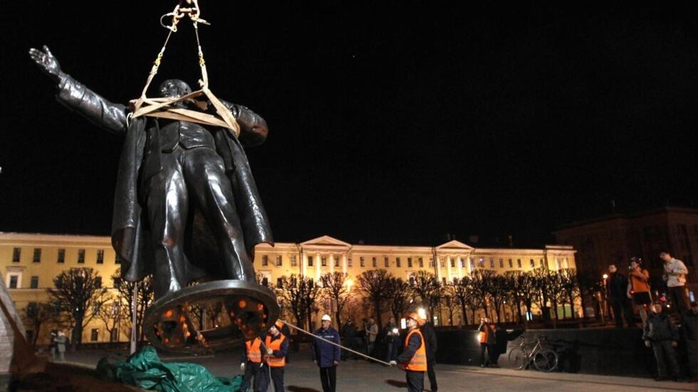 Tượng Lênin tại Saint Pétersbourg đang được cần trục cẩu đi ngày 15/4/2010.