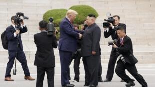 Президент США Дональд Трамп и лидер КНДР Ким Чен Ын на границе Северной и Южной Кореи