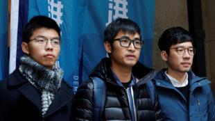 Từ trái qua: Hoàng Chi Phong (Joshua Wong), Châu Vĩnh Khang (Alex Chow) và La Quán Thông (Nathan Law) tại Hồng Kông, ngày 06/02/2018.