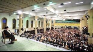 سخنرانی آیتالله خامنهای به مناسبت سالروز قیام ۱۹ دی در حسینیه امام خمینی در قم. ١٩ دی/ ٩ ژانویه ٢٠١٦