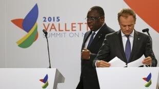 Президент Сенегала Маки Салл (слева) и председатель Европейского совета Дональд Туск на конференции, посвященной проблемам миграции, Мальта, 12 ноября 2015.