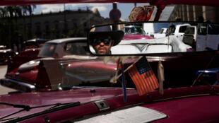 Một xe hơi củ, có treo cờ Mỹ, được sử dụng để chở du khách đi dạo ở La Habana. Ảnh chụp ngày 08/11/2017.