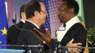 François Hollande et son homologue malien, Dioncounda Traoré, à la conférence des donateurs à Bruxelles en mai dernier. Des donateurs embarrassés par la dernière note attribuée au FMI.
