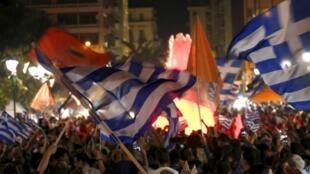 Les partisans du «non» célèbrent leur victoire sur la place Syntagma, près du Parlement grec, le 5 juillet 2015.