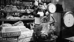Một cửa hàng bán thịt tại khu chợ Les Halles, Paris, ngày 25/02/1969