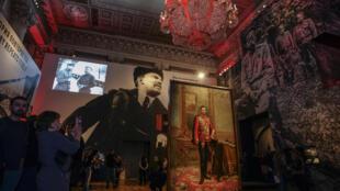 2017年10月25日聖彼得堡博物館俄羅斯革命百年紀念展覽開幕,既可以看到退位沙皇尼古拉二世的畫像,也可以看到十月革命領導人列寧的畫像。