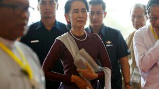 Bà Aung San Suu Kyi, cố vấn đặc biệt Nhà nước Miến Điện, trước giờ phát biểu trước quốc dân trên truyền hình về khủng hoảng người Rohingya, ngày 19/09/2017 tại Naypyidaw.