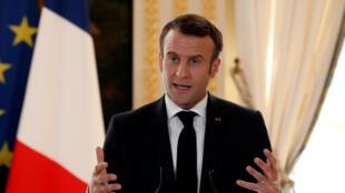 امانوئل ماکرون، رئیس جمهوری فرانسه، در مورد بازبینی پیمان شنگن نوشته شده است که باید حساب پناهجویانی را که در کشورهای متبوعشان در خطر کشته شدن قرار دارند از حساب مهاجران غیرقانونی که جیب قاچاقچیان انسان را پُر می کنند و خود نیز غالباً به سرنوشت تلخی گرفتار