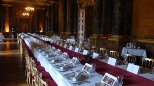 """Стол на 100 персон, сервированный в Колонном зале замка Фонтенбло к """"Обеду Наполеона"""""""