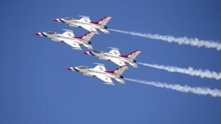 Các chiến đấu cơ F-16 của quân đội Mỹ biểu diễn tại California. Ảnh tư liệu chụp ngày 19/03/2015.