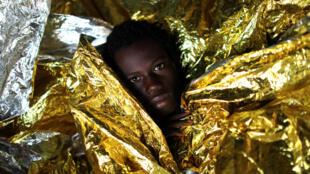 Jeune garçon originaire de Guinée récupéré en Méditerranée par le bateau d'aide aux migrants «Golfo Azzuro» affrété par l'ONG espagnole Proactiva Open Arms, le 3 février 2017.