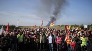 Sindicalistas fazem barricada diante de depósito de combustível em Donges, na França.
