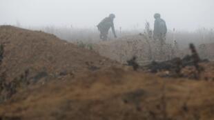 Саперы МЧС самопровозглашенной «Донецкой народной республики» разминируют поле в окрестностях села Петровское. 19 ноября 2019 г.
