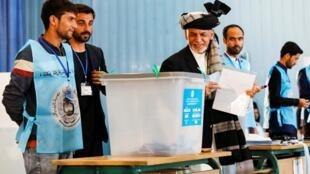 Le président Ashraf Ghani votant pour l'élection présidentielle afghane du 28 septembre 2019, à Kaboul.