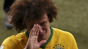 David Luiz chora ao final da partida entre Brasil e Alemanha.