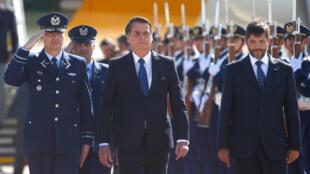 O presidente brasileiro Jair Bolsonaro chega ao aeroporto internacional de Santiago, no Chile, em 21 de março de 2019.