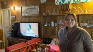 Céline, dans le salon de sa maison de Puerto Toro, un minuscule village au bout du monde.