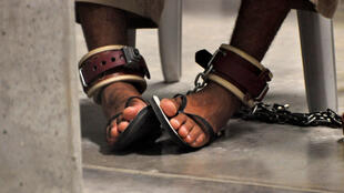 Pés de um prisioneiro em Guantánamo, em 2010.