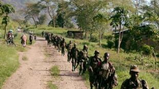 Des soldats ougandais près de la frontière avec la RDC à la suite d'une bataille avec les rebelles des ADF en mars 2007.