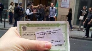 A eleitora brasileira Ana Paula Hermann registrou sua participação na eleição presidencial em Paris, neste domingo (5).
