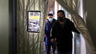Pasajeros en una estación en Pekín, 20 de enero de 2020.