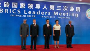 Da esquerda para a direita, os líderes dos BRICs, Manmohan Singh (Primeiro-Ministro da Índia), Dmitri Medvedev (Presidente da Federação Russa), Hu Jintao (China), Presidenta Dilma Rousseff e Jacob Zuma (Repú