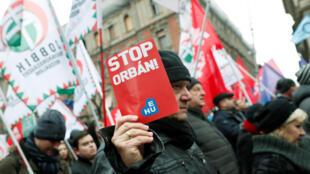 Manifestantes contestam os métodos de governo do primeiro-ministro húngaro Viktor Orban