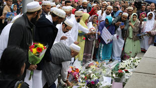 Người Hồi giáo tại Anh đến đặt hoa tưởng niệm các nạn nhân vụ khủng bố ngày 22/05. Luân Đôn ngày 05/06/2017.