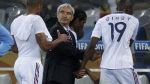 De gauche à droite, Thierry Henry, Raymond Domenech et Abou Diaby quittent la pelouse du stade de Green Point, après le match France-Uruguay du 11 juin 2010.