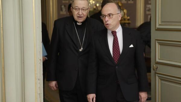 O arcebispo de Paris, o cardeal André XXIII (esq) e o ministro do Interior da França, Bernard Cazeneuve (dir) durante encontro em Paris para discutir a possibilidade de ataques contra igrejas católicas, em 23 de abril de 2015.