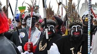 Foliões que pintam o rosto de preto e se fantasiaram com colares de ossos no carnaval de Dunkerque foram acusados de racismo.