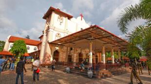 Seguranças em frente à igreja São Sebastião, em Negombo, uma das cidades atingidas pela série de atentados no Sri Lanka.