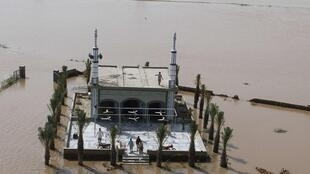 A mosque in a flooded area in Muzzafargarh, Punjab province