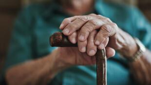 Carrefour de l'Europe : espérance de vie - vieillissement - homme canne retraite personne âgée